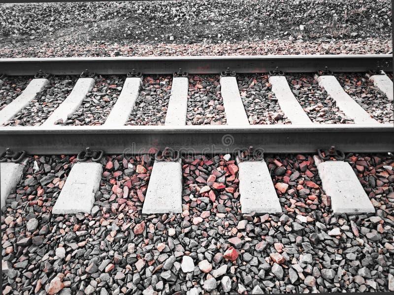 Foto de pistas ferroviarias con los durmientes concretos y escombros usando un filtro imagen de archivo