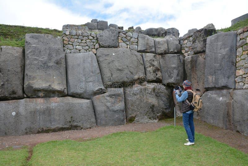 Foto de prise de Wooman aux ruines de Sacsayhuaman, Cuzco, Pérou photo libre de droits