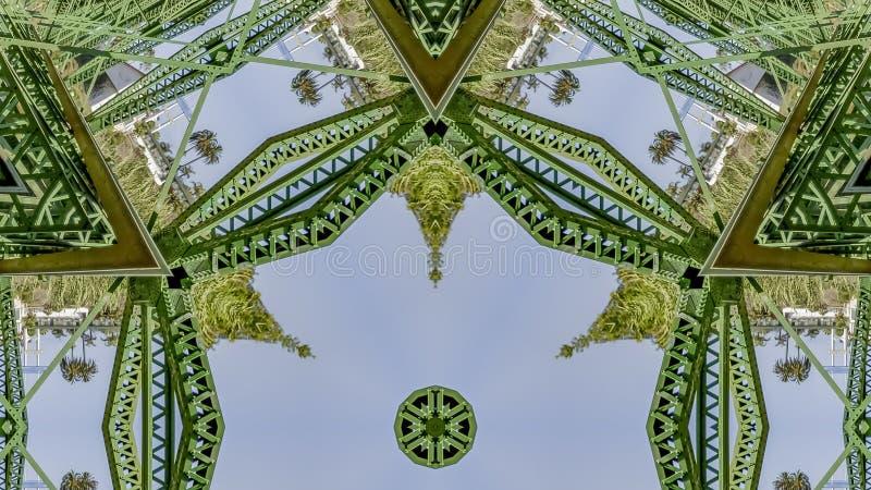Foto de repetição simétrica do quadro do panorama criada de dobrar uma foto de uma ponte verde em Califórnia fotos de stock