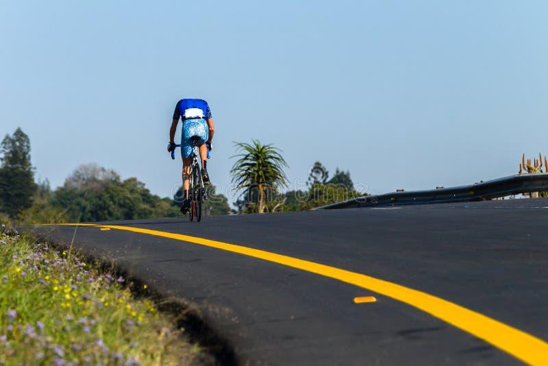 Foto de Rider Race Solo Hilltop Behind del camino del ciclista imagen de archivo libre de regalías