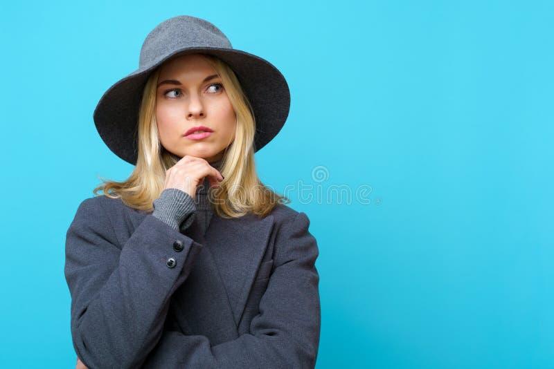 Foto de rubio pensativo en sombrero fotos de archivo libres de regalías