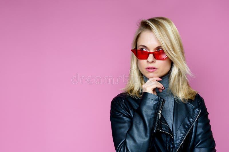 Foto de rubio pensativo en vidrios rosados foto de archivo libre de regalías