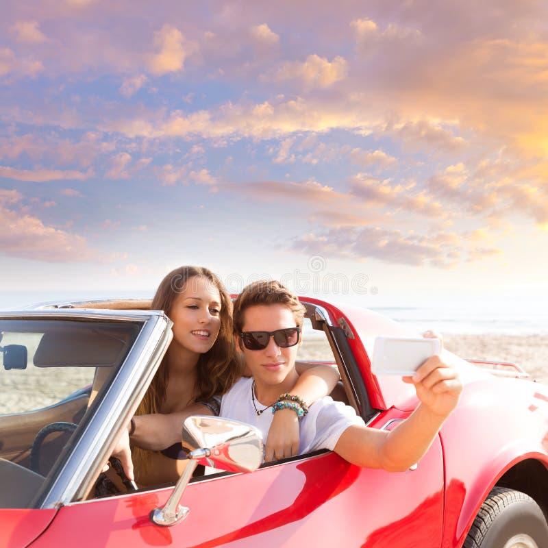 Foto de Selfie de pares do jovem adolescente no convertible fotografia de stock royalty free