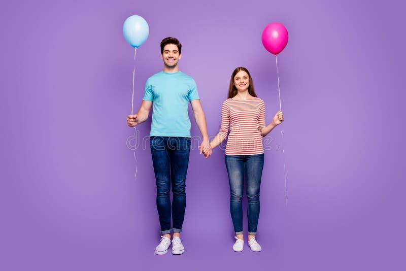 Foto de tamaño completo de dos personas linda pareja de hombres cogidos con las manos globos de aire coloridos vinieron estudiant fotos de archivo libres de regalías
