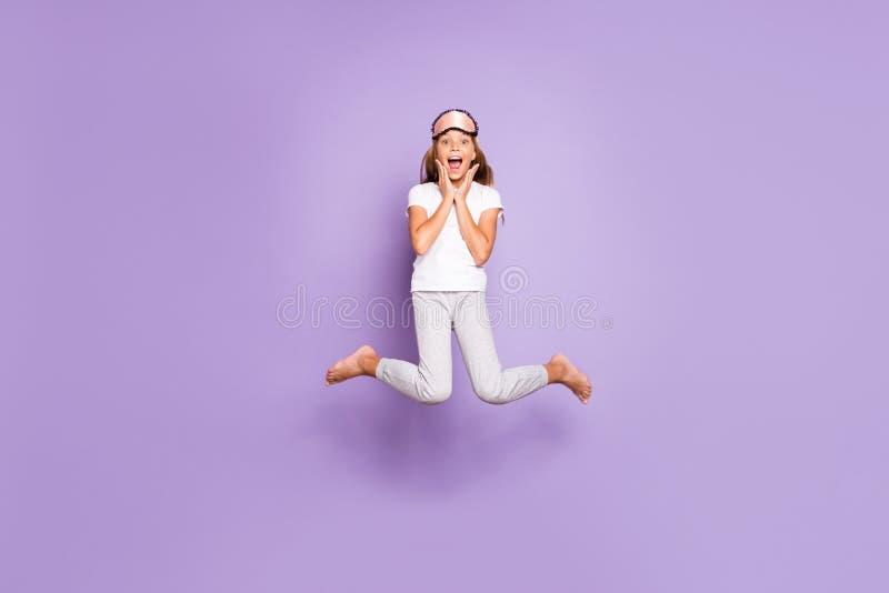 Foto de tamaño completo de la hermosa y emocionada modelo de pelo rubio mujer niño wakeup escuchar noticias maravillosas mañana fotos de archivo