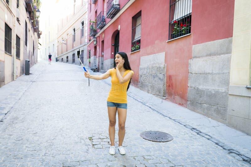 Foto de tomada feliz de sorriso do selfie do autorretrato da mulher latin atrativa e doce com telefone celular imagens de stock royalty free