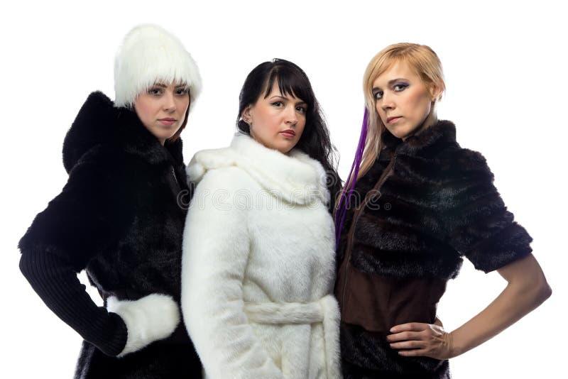 Foto de tres mujeres en abrigos de pieles fotos de archivo