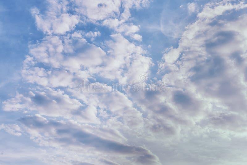 Foto de um c?u nebuloso Fen?meno natural bonito Fundo para disposições e locais imagens de stock