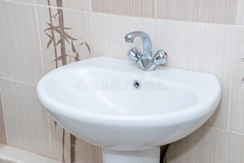 A foto de um dissipador em um banheiro foto de stock