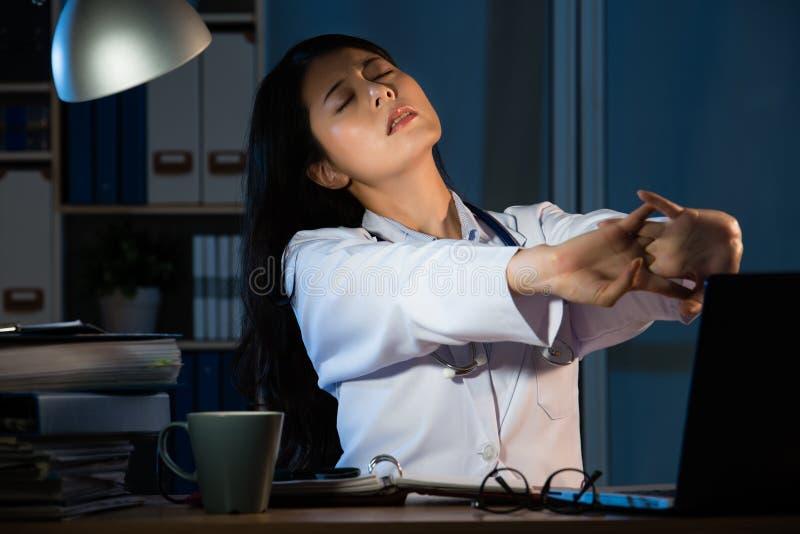 Foto de um estiramento fêmea novo cansado do doutor fotos de stock