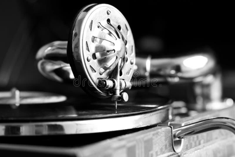 Foto de um gramofone velho com uma placa fotografia de stock
