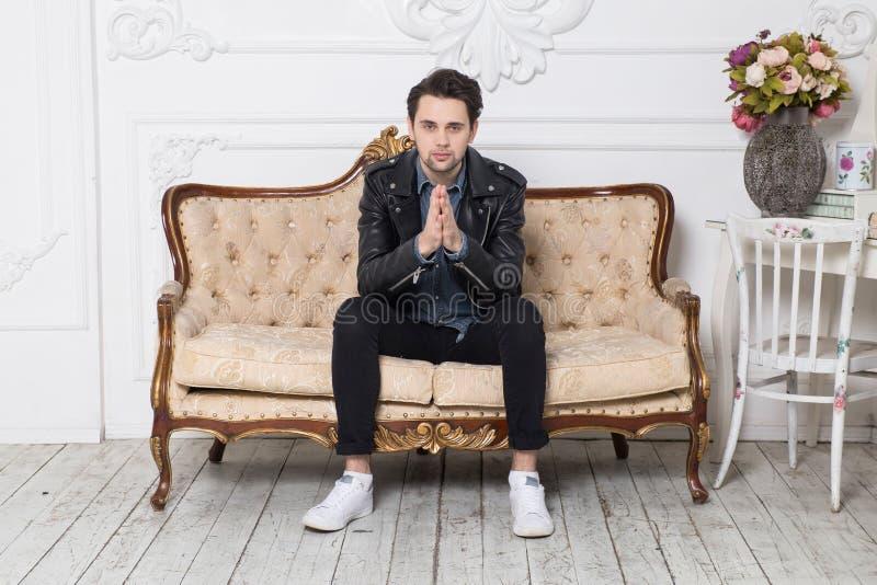 Foto de um homem novo no estúdio imagens de stock