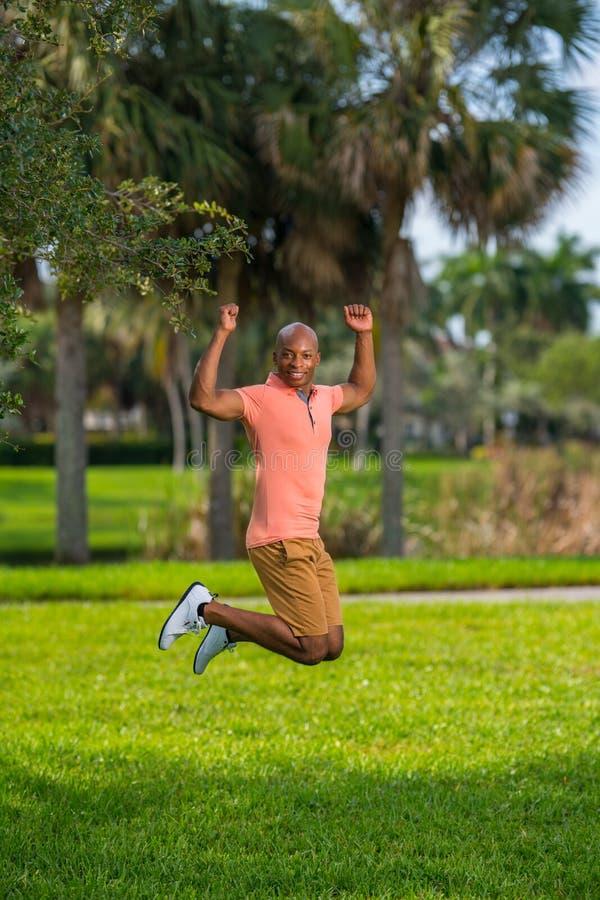 Foto de um homem novo que salta no ar A ação disparou de um modelo masculino considerável foto de stock royalty free