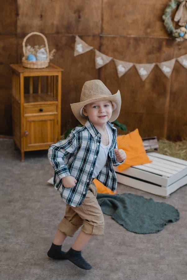 Foto de um menino na decoração da Páscoa com um coelho imagens de stock royalty free