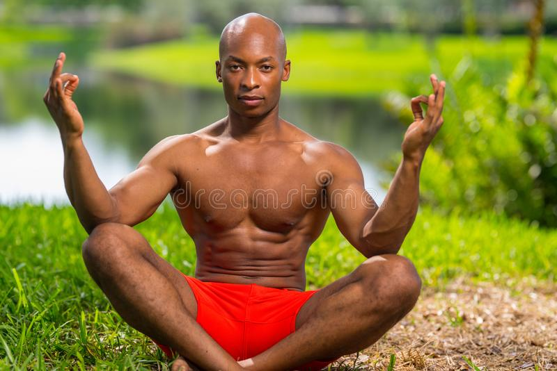 Foto de um modelo da aptidão em uma pose da ioga imagens de stock royalty free