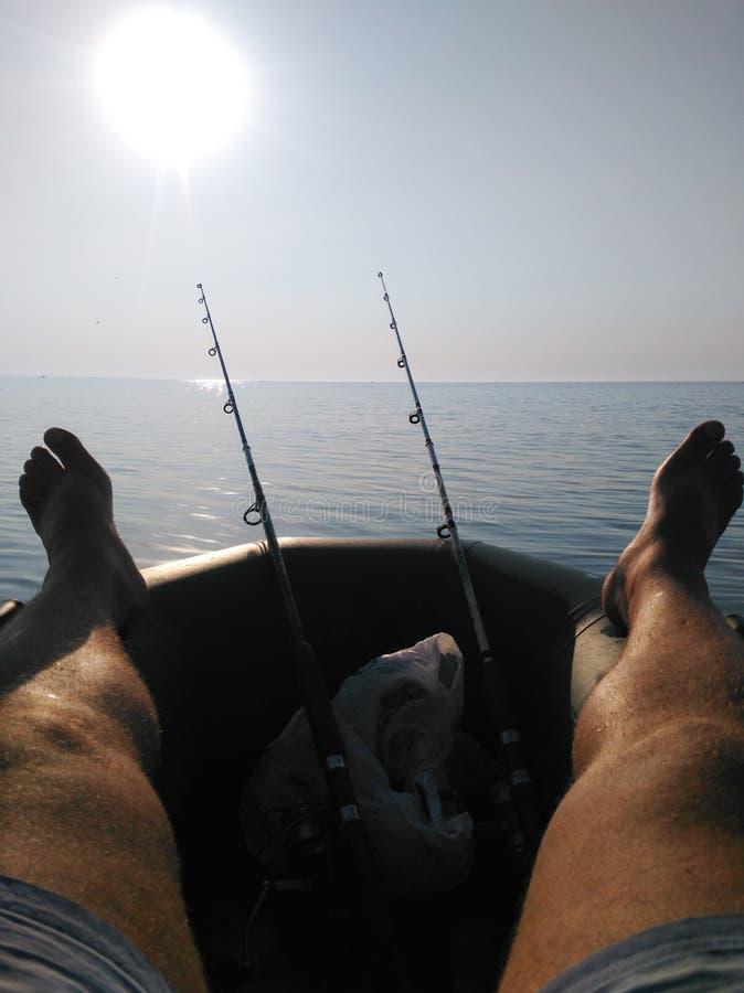 Foto de um pescador feliz que esquecesse sobre seus problemas foto de stock