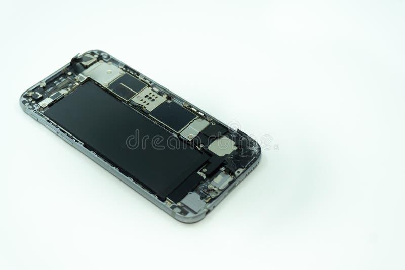 Foto de um telefone celular com exposição quebrada Isolado no branco com espa?o da c?pia imagens de stock royalty free
