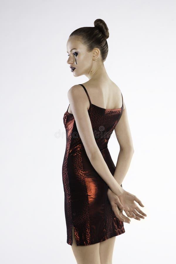 Foto de uma menina bonita em um vestido vermelho imagem de stock