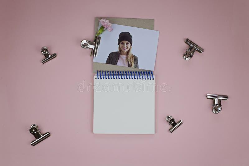 Foto de uma menina, uma flor, um caderno aberto com espaço para o texto imagem de stock