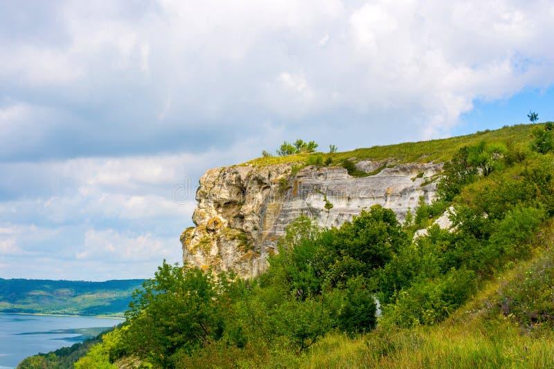 Foto de un alto acantilado hermoso y de plantas verdes imagen de archivo