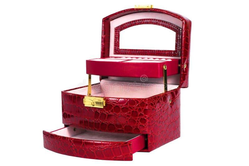 Foto de un ataúd rojo de cuero en un fondo blanco fotografía de archivo