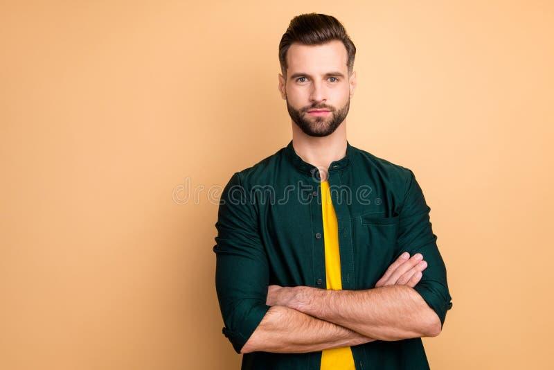 Foto de un empresario asombroso jefe promocionado manos cruzadas de confianza en sí mismo persona confiable usar ropa casual foto de archivo