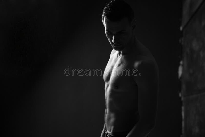 Foto de un hombre muscular imágenes de archivo libres de regalías