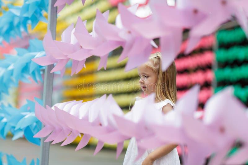 Foto de un ni?o feliz, peque?a muchacha rubia en naturaleza, en un paseo en el parque fotografía de archivo libre de regalías