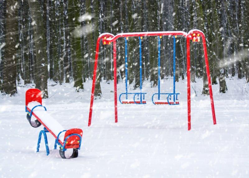 Foto de un patio en un parque en invierno con nieve que cae imagen de archivo libre de regalías