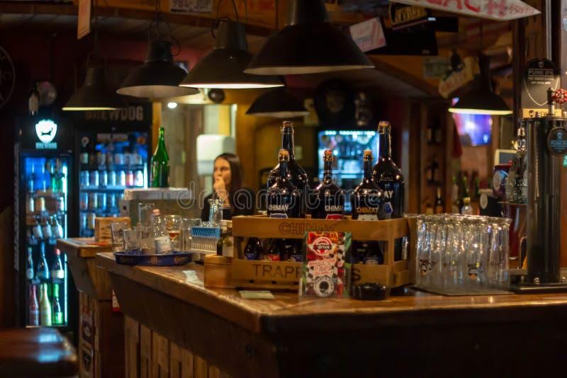 Foto de un pub local en la cervecería de Jesolo con muebles de madera típicos fotos de archivo libres de regalías