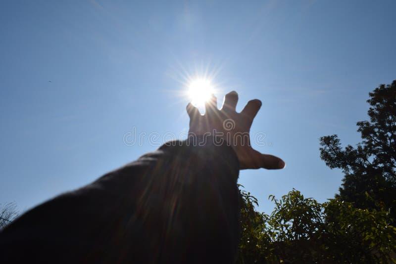 Foto de un sol inminente de la mano fotografía de archivo libre de regalías