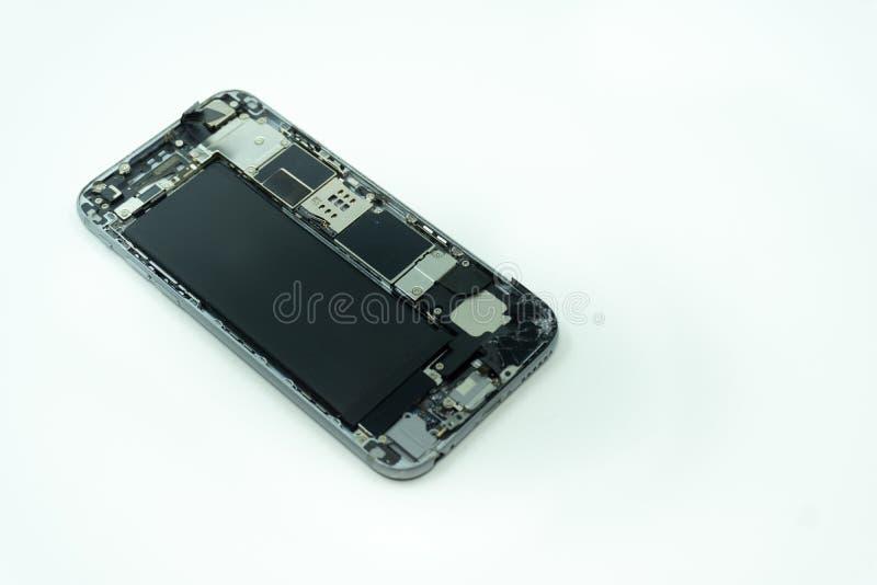 Foto de un teléfono móvil con la exhibición quebrada Aislado en blanco con el espacio de la copia foto de archivo libre de regalías