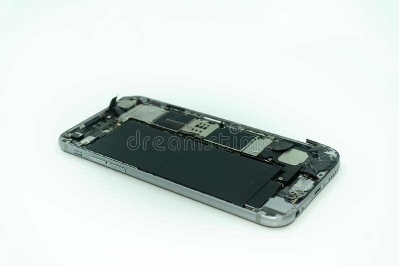 Foto de un teléfono móvil con la exhibición quebrada Aislado en blanco con el espacio de la copia imagen de archivo