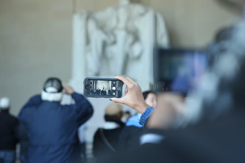 Foto de un teléfono que toma una foto de Lincoln Memorial en una CRO (coordinadora) imagen de archivo