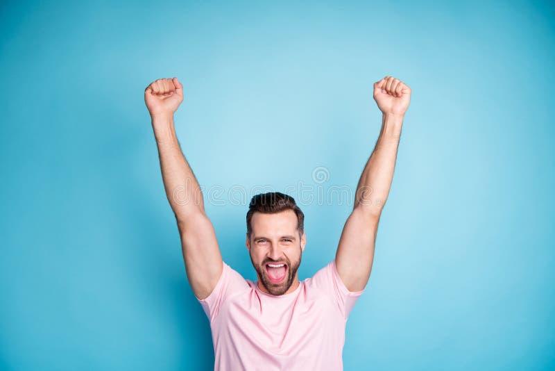 Foto de un tipo atractivo celebrando emociones extasiadas ganando el premio de la lotería dinero gritando regocijo alzando los pu fotos de archivo