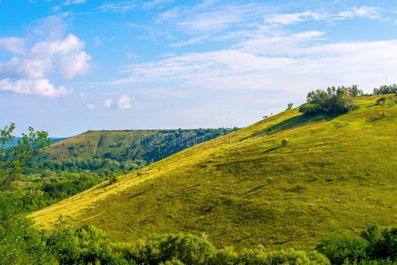 Foto de una colina hermosa y de una hierba verde fotografía de archivo