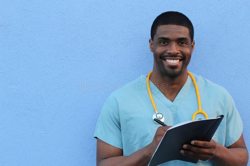 Foto de una enfermera de sexo masculino afroamericana muy atractiva con el espacio de la copia imagenes de archivo