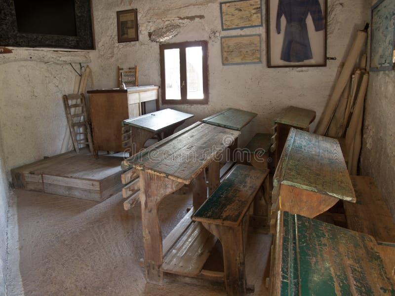 Foto de una escuela primaria griega vieja de la sala de clase vieja fotografía de archivo