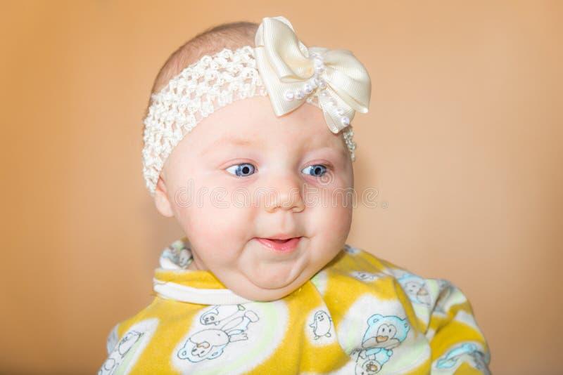 Foto de una muchacha en el estudio, retrato de un bebé recién nacido con un vendaje blanco en su cabeza fotografía de archivo libre de regalías