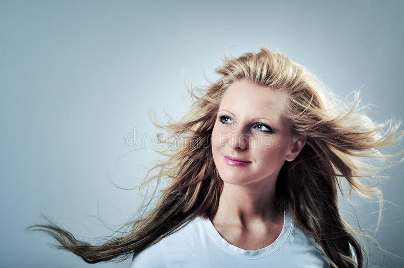 Foto de una mujer rubia hermosa, con el viento en el pelo, portra foto de archivo libre de regalías