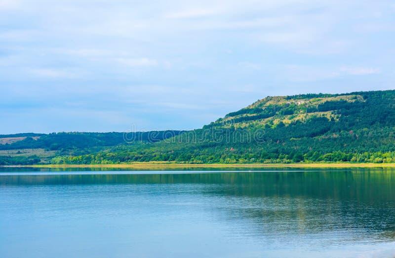 Foto de una playa hermosa cerca de la bahía azul en el verano fotografía de archivo libre de regalías