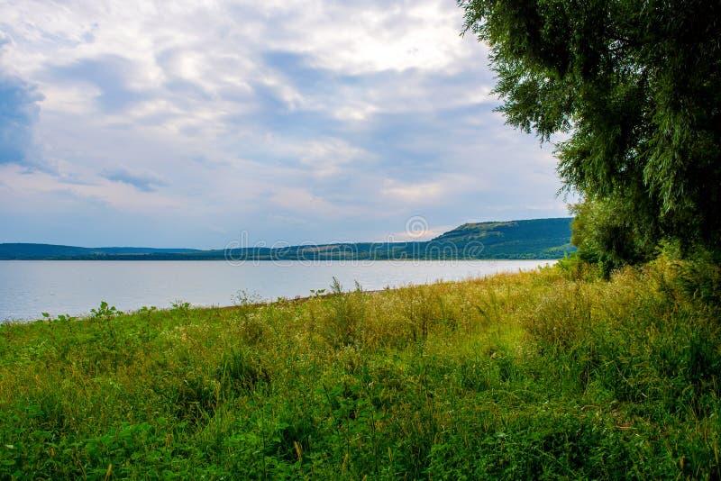 Foto de una playa hermosa cerca de la bahía azul en el verano imagenes de archivo