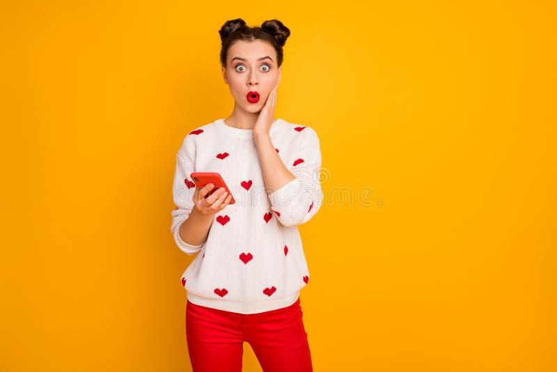 Foto de una señora bastante sorprendida sosteniendo el teléfono leído increíblemente mala noticia mano en la mejilla el patrón de imagen de archivo