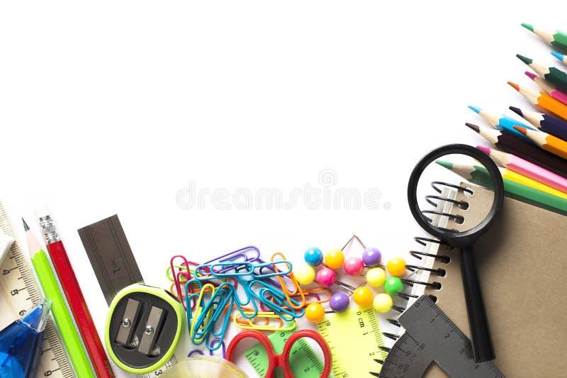 Foto de vários materiais de escritório para as crianças que encontram-se no woode imagens de stock royalty free