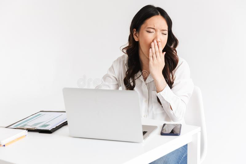 Foto de vestir asiático cansado sobrecarregado da mulher de negócio 20s offic fotos de stock royalty free