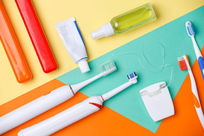 Foto degli spazzolini da denti, tubi delle paste, filo di seta fotografia stock