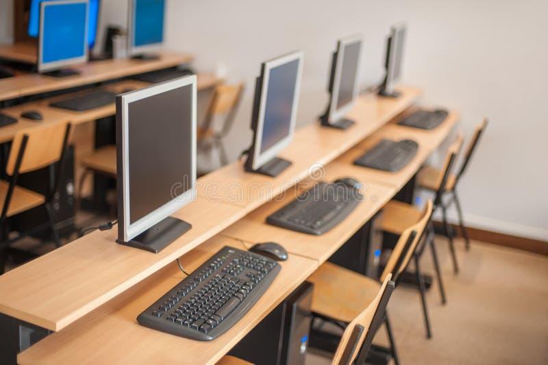 Foto dei computer di fila in aula o nell'altro institu educativo immagine stock libera da diritti