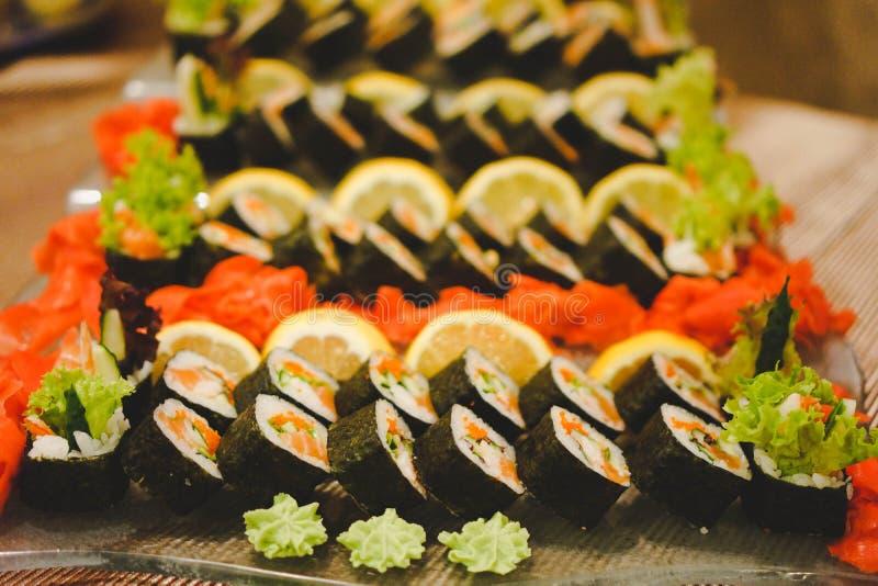 Foto dei piatti freschi dei sushi con grande varietà Fuoco selettivo sull'inizio del piatto Struttura variopinta e luminosa orizz fotografia stock libera da diritti