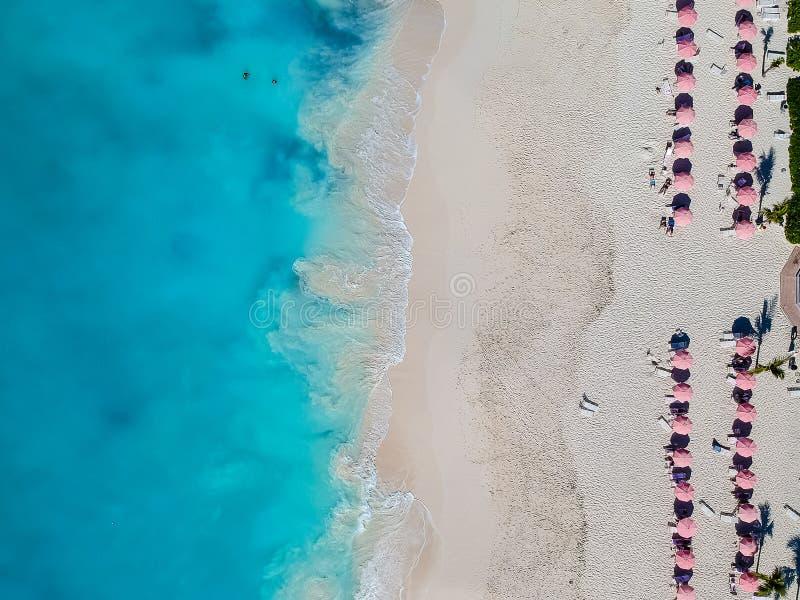 Foto del abejón de la playa con los paraguas rojos en Grace Bay, Providenci imagen de archivo