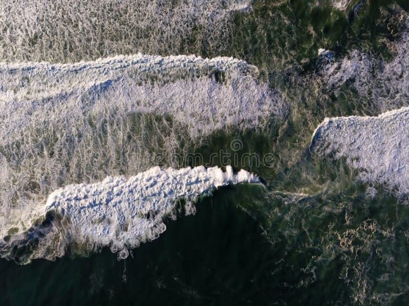 Foto del abejón de la visión superior de la playa en Barra da Tijuca, Rio de Janeiro, el Brasil Ondas que se estrellan con la lec fotografía de archivo
